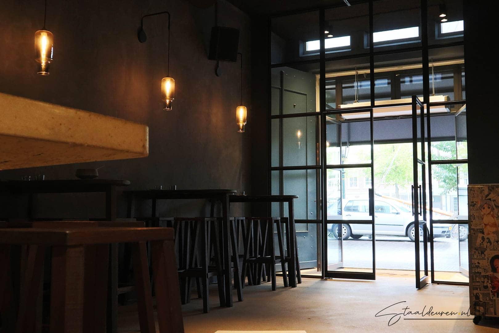 Entree met dubbele taatsdeuren bij restaurant Yuzu in Den Haag