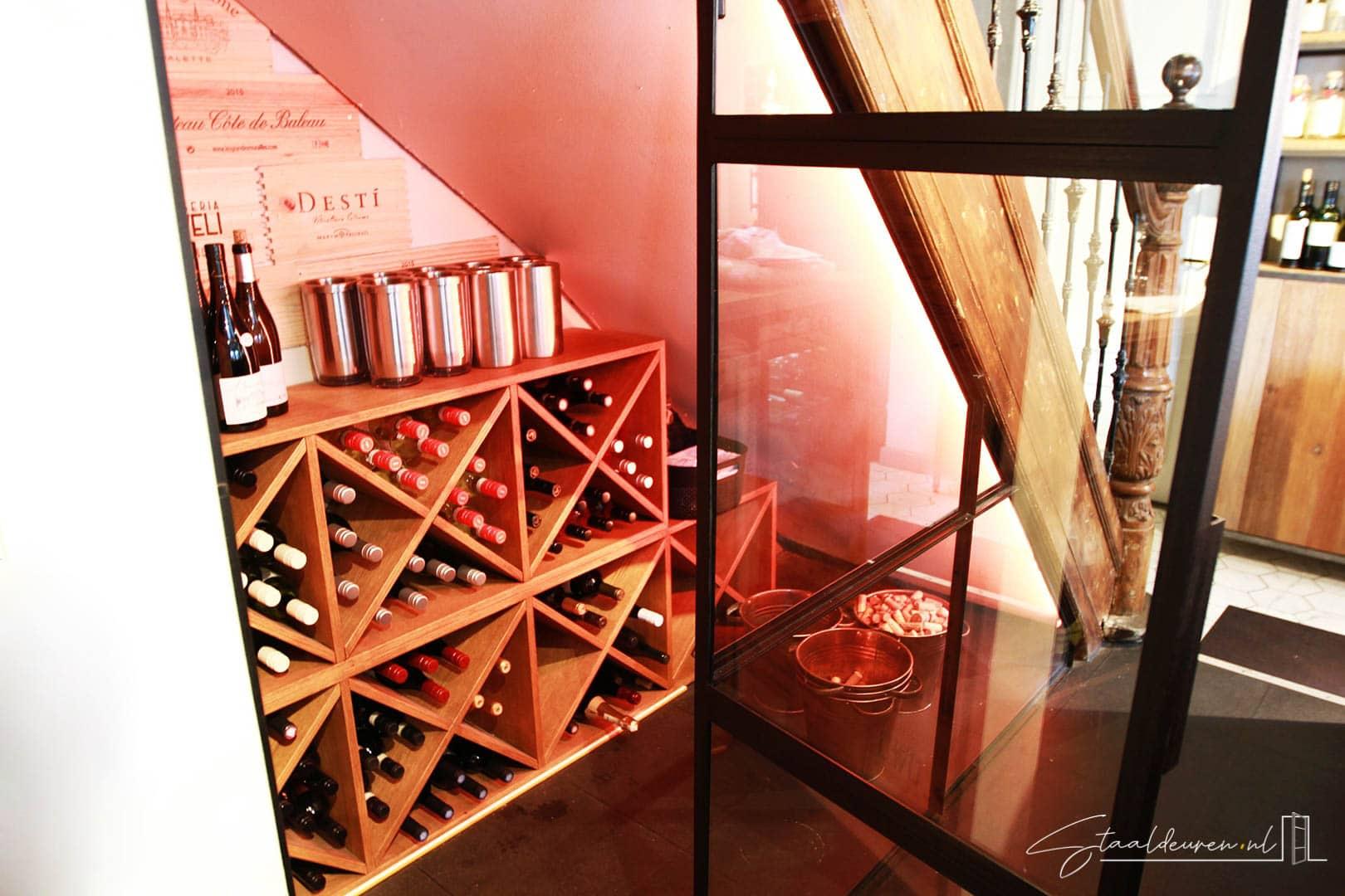 Stalen deur wijnkast