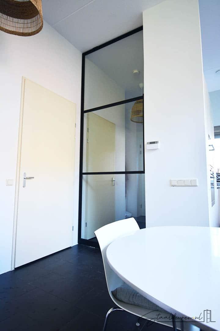 Zwarte gepoedercoate taatsdeur